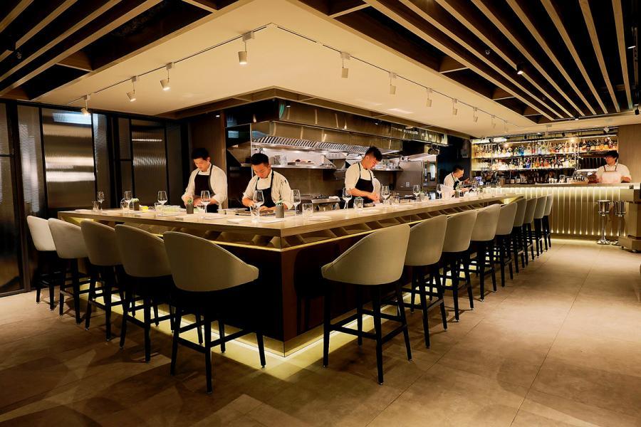 開放式的吧枱設計,拉近了廚師們與客人的距離。