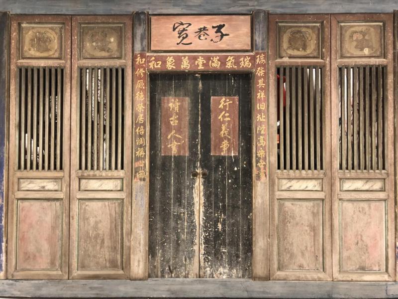 餐廳的大門來自台灣鹿港大戶人家的大宅,擁有過百年歷史,而且整道門原件由台灣運送到香港裝嵌。