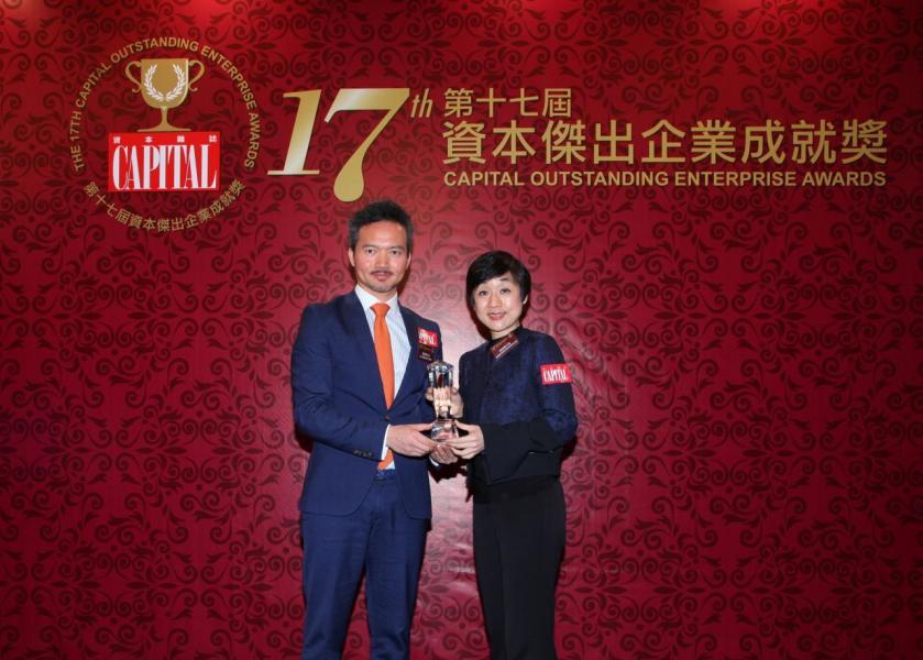 【傑出財富管理】瑞士尊貴理財,由香港優質顧客服務協會副主席陳珊珊小姐(右)頒發獎項,並由瑞士尊貴理財執行總監馮家智先生(左)代表領奬。