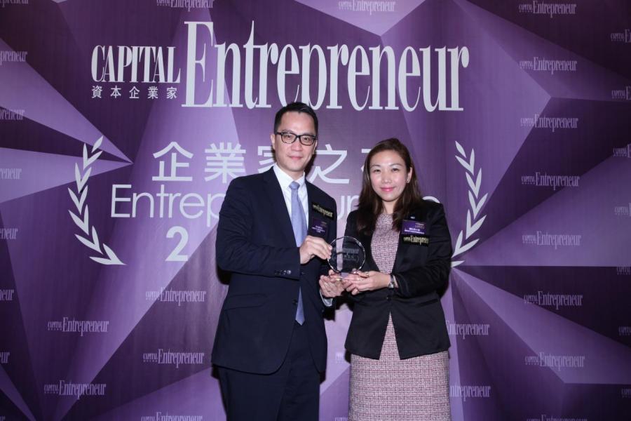 [傑出企業家大獎 - 許文俊先生]由國際青年商會香港總會會長潘沁怡小姐(右),頒獎予億順電子玩具製造廠有限公司行政總裁許文俊先生(左)