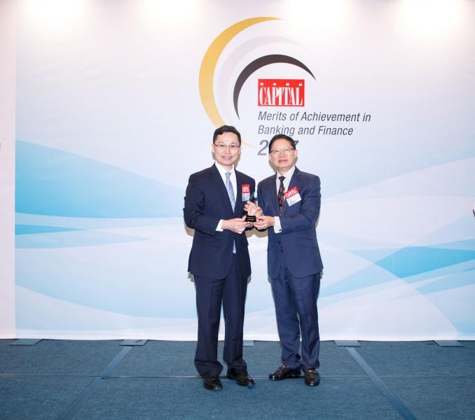 「資本卓越ETF管理人大獎」: 中銀保誠資產管理。由香港經濟師學會永遠榮譽會長范維綱先生(右),頒發獎項予中銀保誠資產管理量化投資部副總裁梅永慶先生(左)。