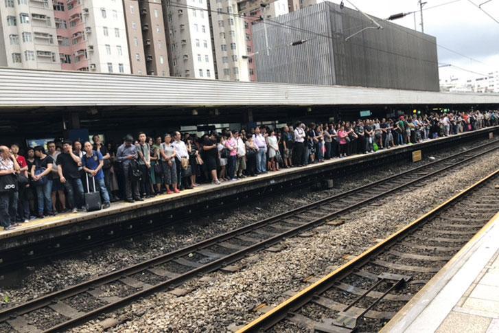 「山竹」破壞力驚人,但仍無阻香港人準時返工。