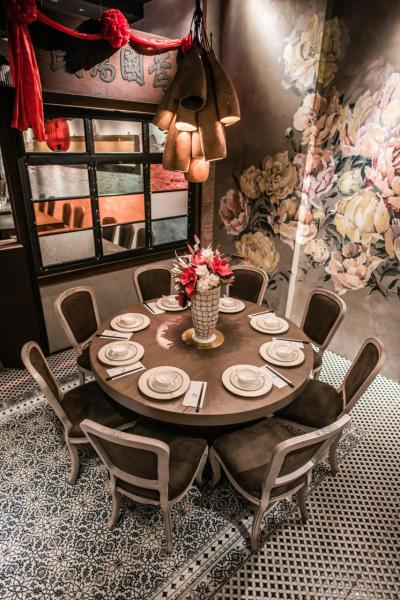 貴賓房牆上繪有象徵著美麗富貴的芍藥花圖案,再加上餐廳創辦人戴士程私人珍藏的古玩及古老牌匾,營造出古色古香的氛圍。