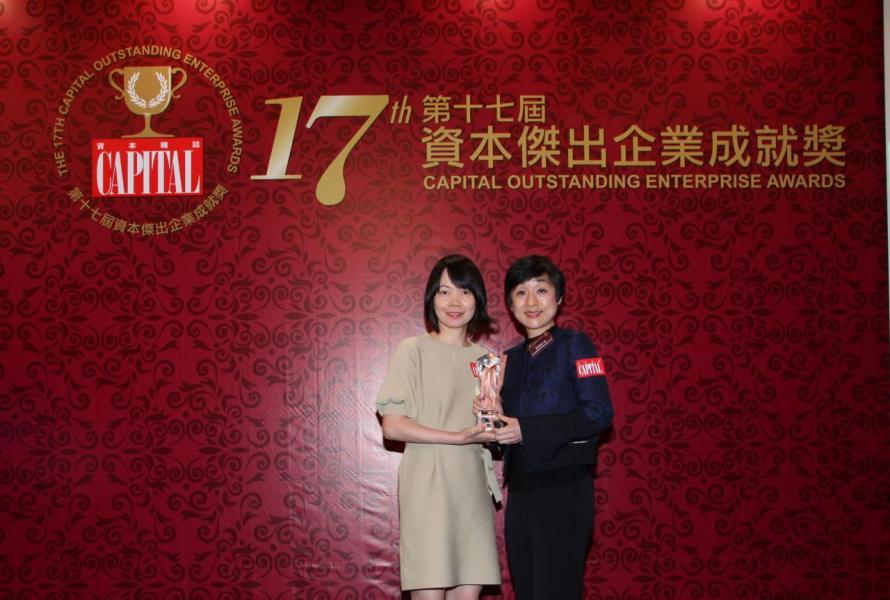 【傑出固網服務公司】香港電訊有限公司,由香港優質顧客服務協會副主席陳珊珊小姐(右)頒發獎項,並由香港電訊有限公司個人客戶市務副總裁梅潔儀小姐(左)代表領奬。