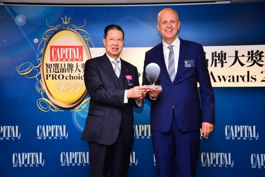 智選汽車品牌大獎:  Audi Hong Kong 由香港董事學會副主席梁廣灝工程師,SBS,OBE,JP(左),頒發獎項予Mr. Lothar Korn, Managing Director, Audi Hong Kong(右)。
