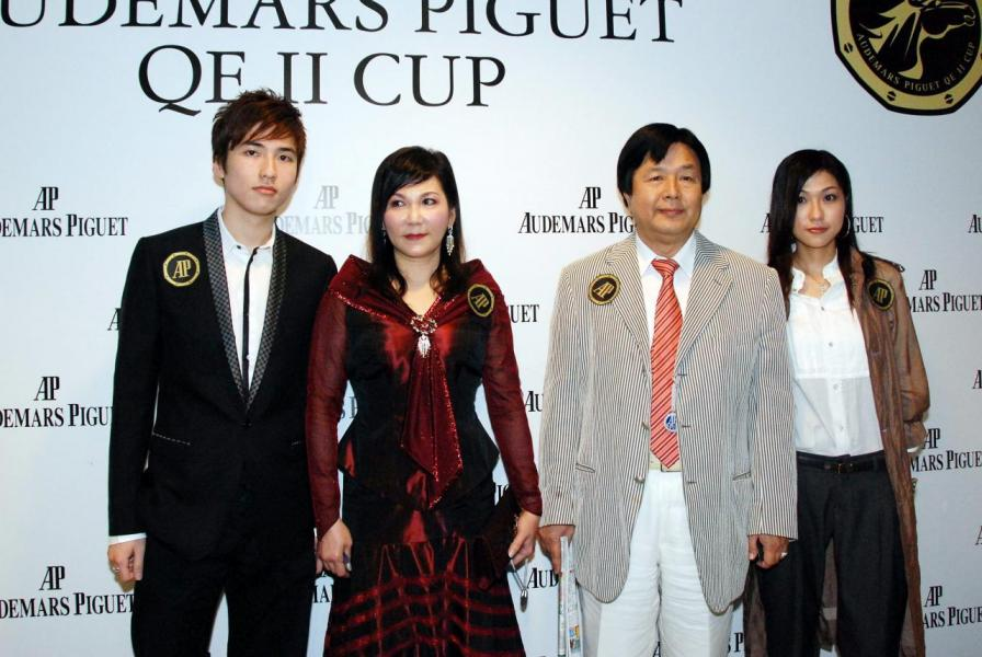 蔡志明(右二)成為康健股東後,派女兒蔡加怡(右一)任主席。