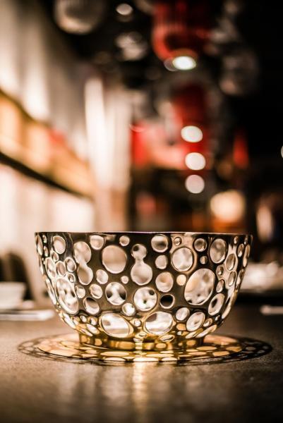 「寬巷子」採用由工匠人手鑄造、價值30萬新台幣的「團圓鍋」,鍋具中間的通心空間放滿辣椒、花椒等香料,讓其味道慢慢釋放出來,並可保持湯底的原味。