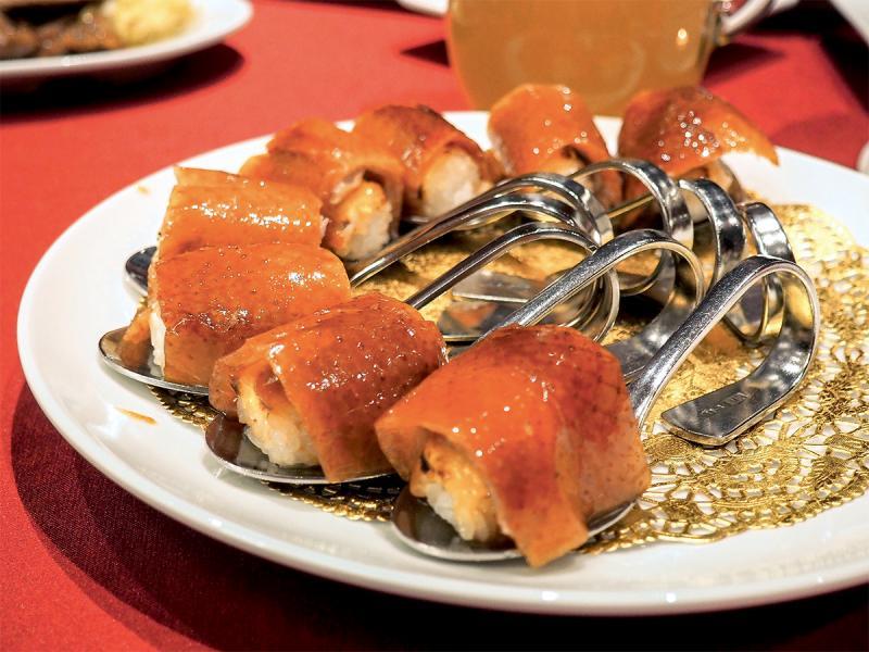 「紅樓」的「一鴨五吃」的其中一道名物櫻桃鴨握壽司。