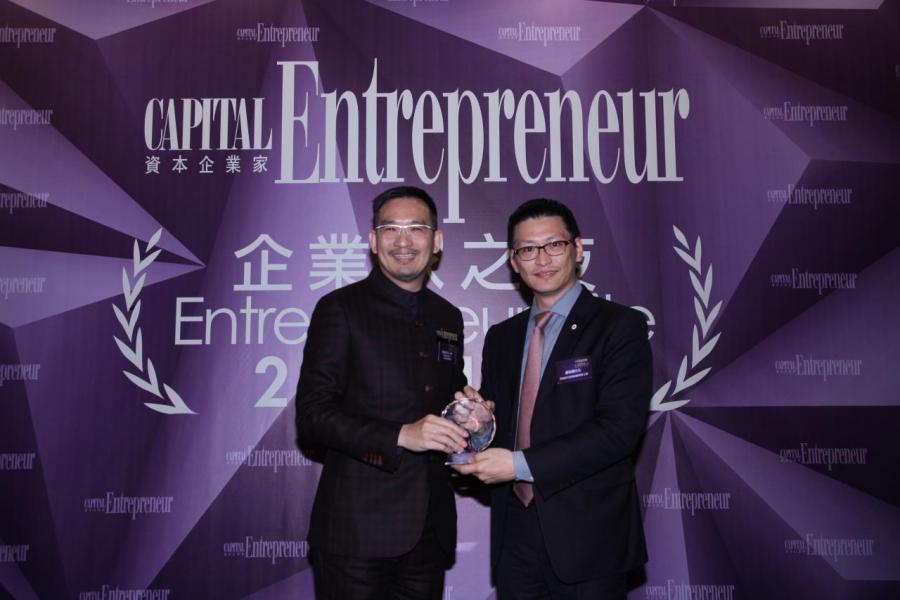 [傑出企業家大獎 - 甄韋喬先生 ]由香港青年創業家總商會主席鄺海翔先生(右),頒獎予利興控股有限公司主席兼董事總經理甄韋喬先生(左)