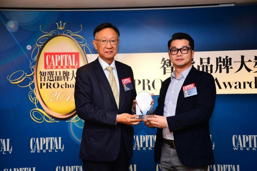 智選商業及中小企筆記簿型電腦品牌大獎: Lenovo 由香港品牌總商會創會永遠榮譽會長趙振國先生(左),頒發獎項予 Mr. Jeffrey Poon, Product Manager, Workstation Business, Central Asia Pacific, Lenovo(右)。