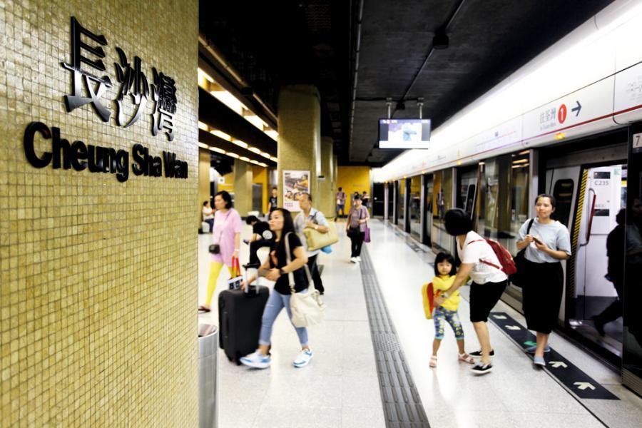 長沙灣位處九龍區的中央部分,交通網絡完善。