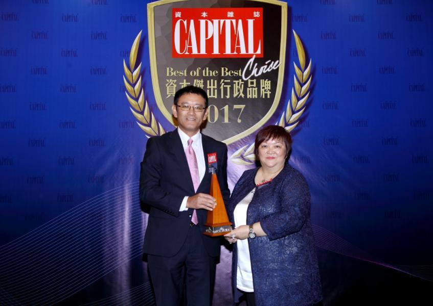 [資本傑出電氣及電子產品品牌]: 三菱電機,由香港優質顧客服務協會副主席何蕭素嫻女士(右),頒發獎項予三菱電機(香港)有限公司董事長兼總經理長谷川潤先生(左)。
