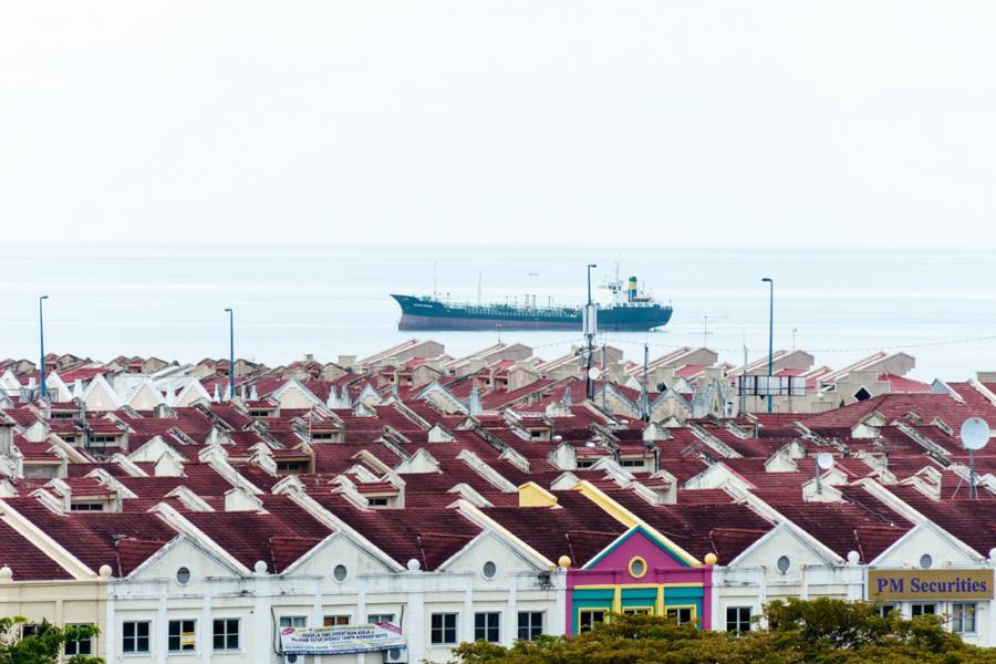皇京城位於馬六甲拉也(Melaka Raya)商業區後方的填海地段,總佔地609 英畝。