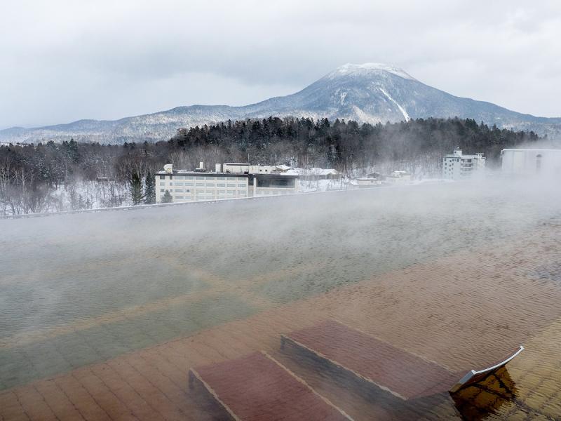 New Akan Hotel天台的無邊際天然溫泉池,是阿寒湖唯一,可穿泳衣泡在溫泉看阿寒岳。