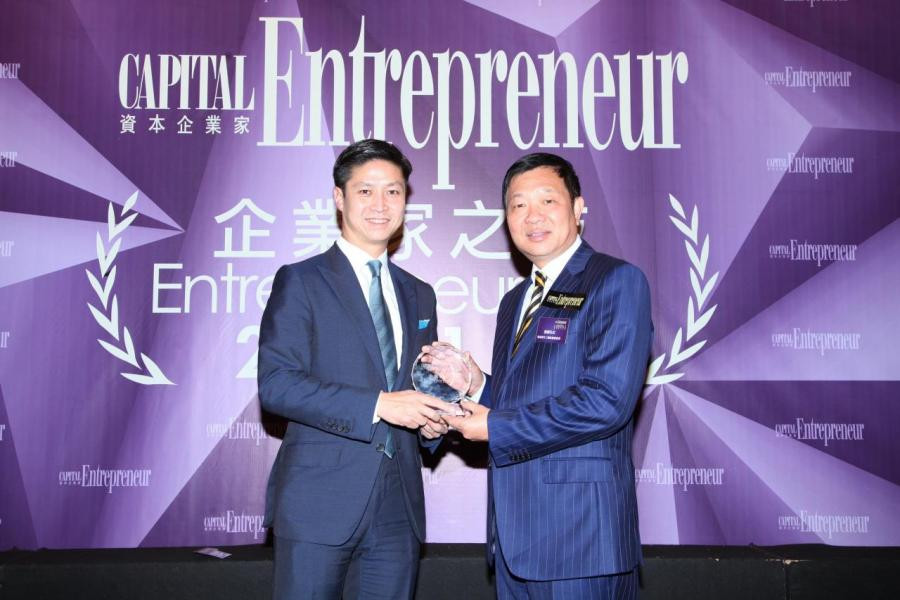 [傑出企業家大獎 - 吳繼泰先生]由香港青年工業家協會會長張傑先生(右),頒獎予基滙資本總裁及執行合伙人吳繼泰先生(左)