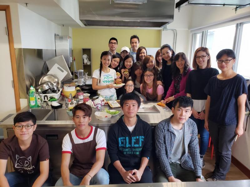 知名素食博客純素媽媽Grace Wong(後左)指導學生烹調各種素食佳餚,讓學生親身體驗素食帶來的好處和樂趣。