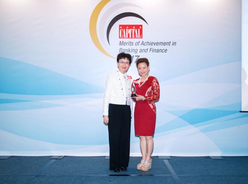 「資本卓越財富管理大獎」: 恒生銀行。由香港信託人公會副主席劉嘉時女士(左),頒發獎項予恒生銀行分行網絡業務主管譚麗琼女士(右)。