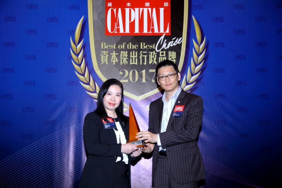 [資本傑出金融服務品牌]: 鼎展金融集團,由香港青年創業家總商會主席鄺海翔先生(右),頒發獎項予鼎展金融集團總經理陳麗玲女士(左)。