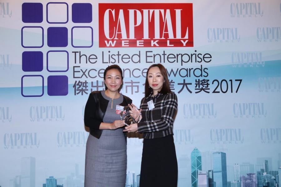 「傑出企業管治大獎」: 置富產業信託 (股份代號: 00778)。由國際青年商會香港總會會長潘沁怡女士(左),頒發獎項予置富產業信託投資及投資者關係總監孔元真女士(右)。