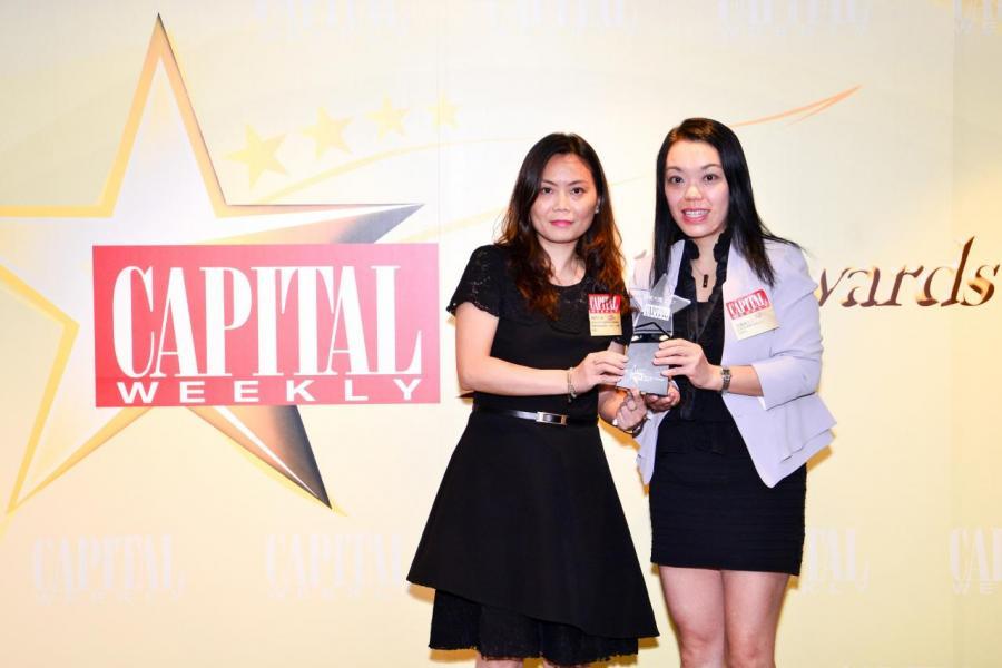 [電腦品牌服務大獎]: Lenovo (Hong Kong) Limited,由創意創業會有限公司副會長周靄儀女士 (右),頒發獎項予Lenovo (Hong Kong) Limited(香港、台灣、韓國)服務業務發展經理陳慧玲小姐(左)。