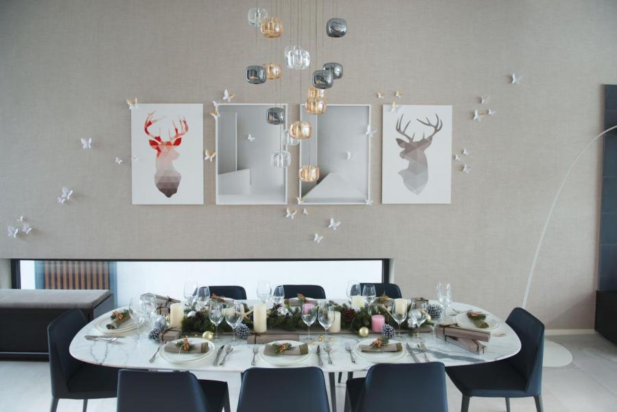 客廳繼續延續白色聖誕的元素:白色毛絨抱枕、蠟燭和籠子禮物盒組成的聖誕佈置散發簡約北歐風格。這裡空間寬敞,可招待多達30位客人共渡佳節。