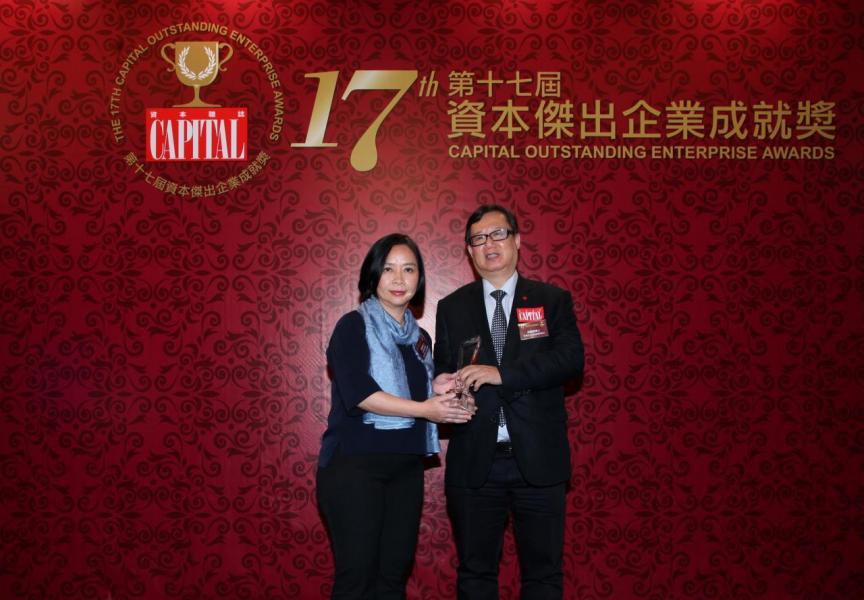 【傑出展覽及會議中心】亞洲國際博覽館,由香港中小企促進聯會會長林國雄博士(右)頒發獎項,並由亞洲國際博覽館助理品牌及企業傳訊總監陳麗卿女士(左)代表領奬。