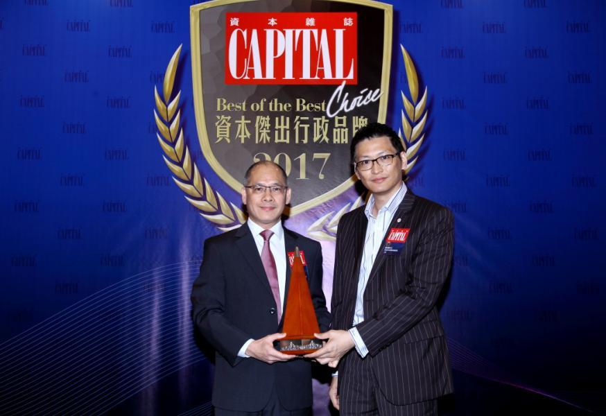 [資本傑出床褥品牌]: 蓆夢思®,由香港青年創業家總商會主席鄺海翔先生(右),頒發獎項予蓆夢思床褥傢具(香港)有限公司董事及總經理談讓佳先生(左)。