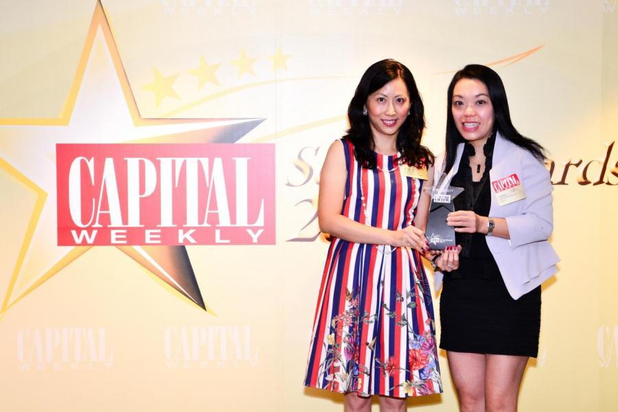 [電訊服務大獎]: 香港移動通訊有限公司1O1O,由創意創業會有限公司副會長周靄儀女士 (右),頒發獎項予香港移動通訊有限公司1O1O 市場營銷助理副總裁廖衍儀小姐  (左)。