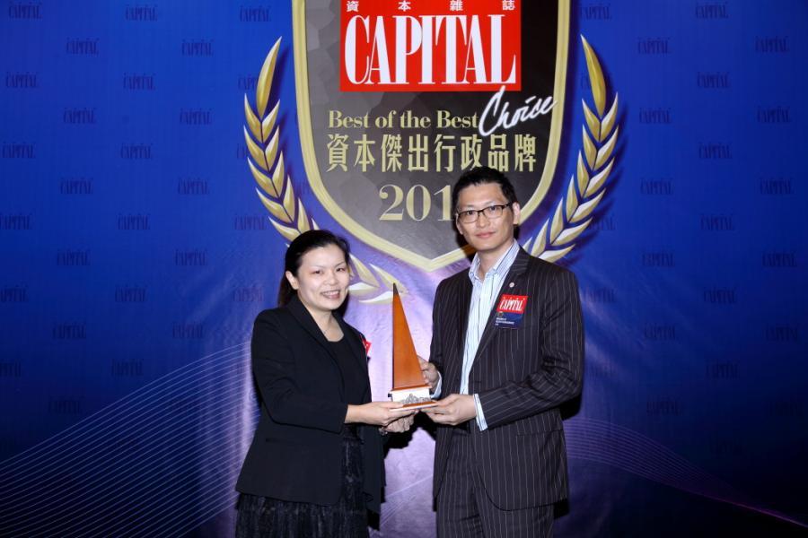 [資本傑出支付品牌]: Visa 香港,由香港青年創業家總商會主席鄺海翔先生(右),頒發獎項予Visa 香港澳門及台灣地區公共關係總監何嘉雯小姐(左)。