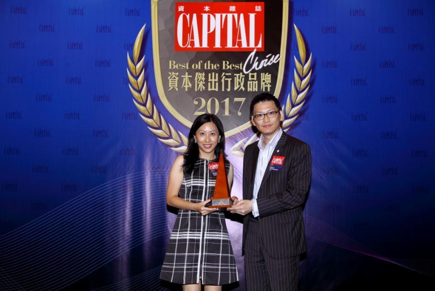[資本傑出電訊品牌]: 1O1O,由香港青年創業家總商會主席鄺海翔先生(右),頒發獎項予香港移動通訊有限公司 1O1O市場營銷助理副總裁廖衍儀小姐(左)。