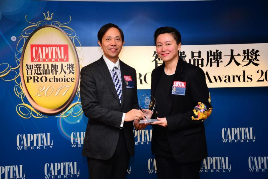 智選數碼市場策劃品牌大獎: 1O1O 由香港優質顧客服務協會司庫馬志權先生(左),頒發獎項予Ms. Methy Chi, Vice President, Strategic Marketing & Innovations, 1O1O(右)。