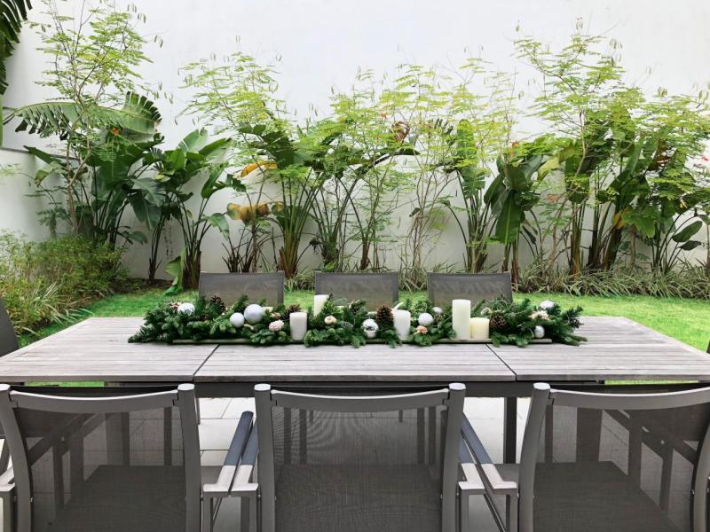 沿海佳節氛圍漫延至户外私人花園,餐桌以海岸元素和杜松裝飾,客人可以在這個寫意空間享受冬日陽光,是招待親朋好友歡渡佳節的理想地點。