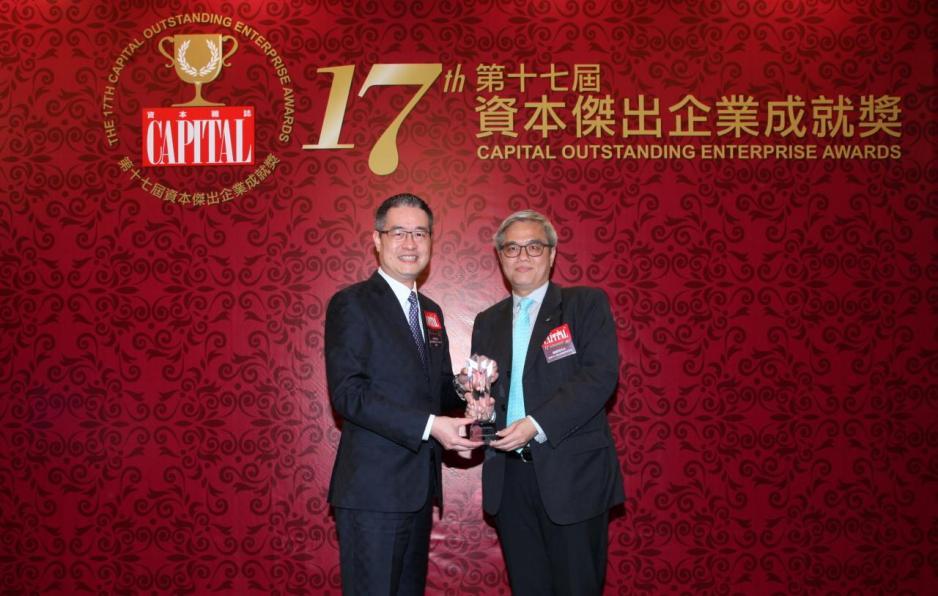 【傑出新創網絡企業】婕斯環球集團有限公司,由香港中小型企業總商會會長巢國明先生(右)頒發獎項,並由婕斯環球集團有限公司香港公司總經理周永碩先生(左)代表領奬。