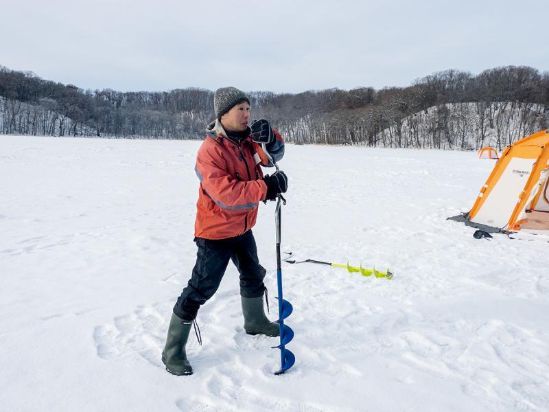 冰釣要先在湖面鑽一個洞,再蓋上帳篷在裡面釣。