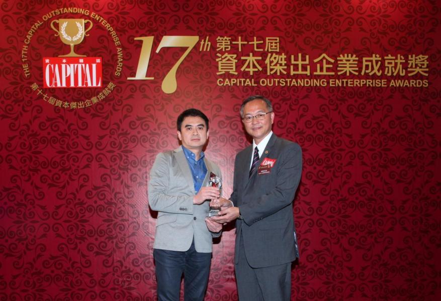 【傑出時尚傢俬零售商】M2 Home Furnishings Shop,由香港中小企經貿促進會會長林偉生先生(右)頒發獎項,並由 M2 家居營運總監張頌麟先生(左)代表領奬。