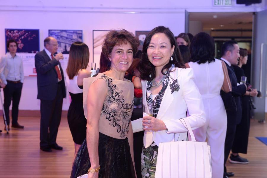 (左起)法國五月視覺藝術部主管雷蕾及蕭郭湘圓