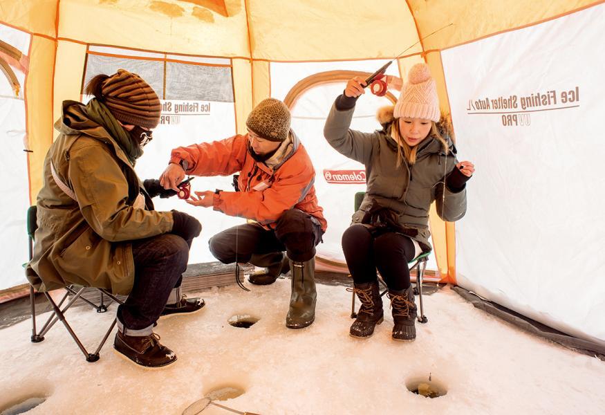 大家會坐在帳篷內釣魚,不用在外面吹著冷風。