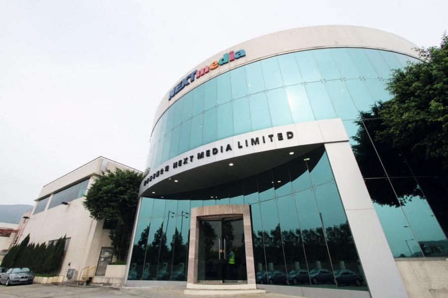 黎智英旗下的壹傳媒出售《壹週刊》等資產交易數度延遲,傳聞與曹貴子陷財困有關。