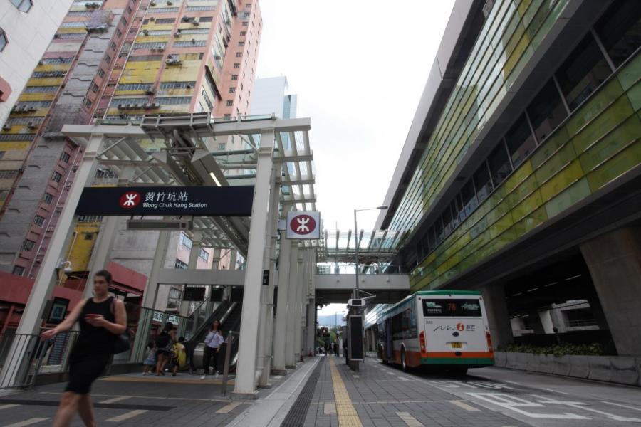 自從港鐵南港島線通車後,區內前往中環及金鐘車程僅約10至15分鐘。