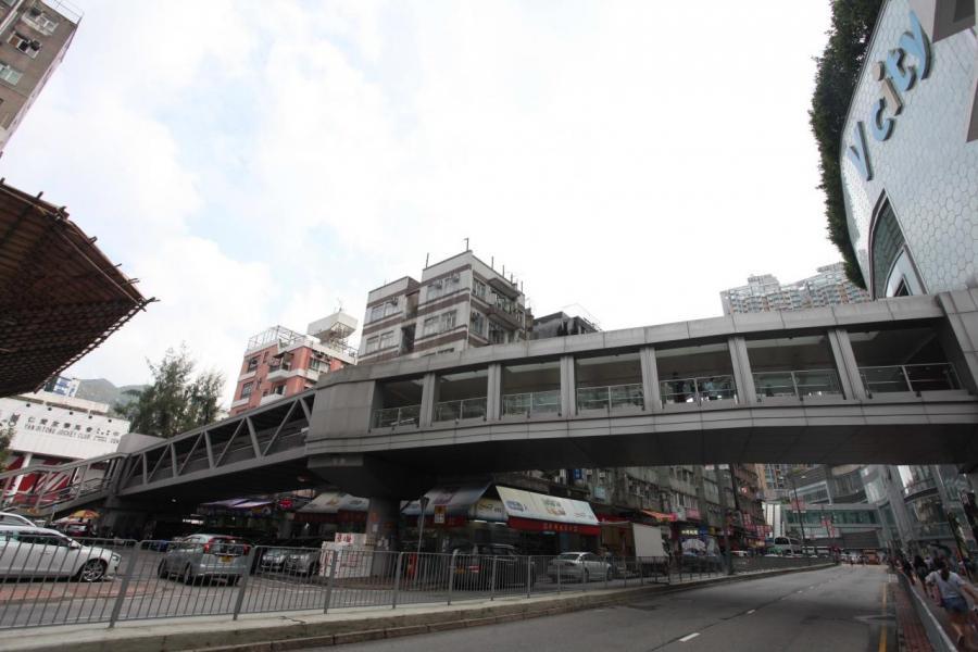 項目附近有7個大型商場,經由天橋步行約5分鐘便可以到達位於旁邊的V City。