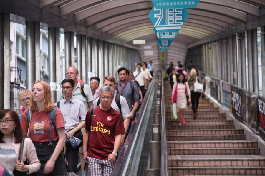 沿半山扶手電梯除有多間特色食肆及酒吧外,亦不乏平民美食。