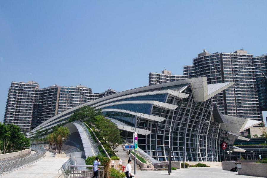 自從高鐵通車後,不少遊客轉往尖沙咀及旺角消費,分散了銅鑼灣客流。