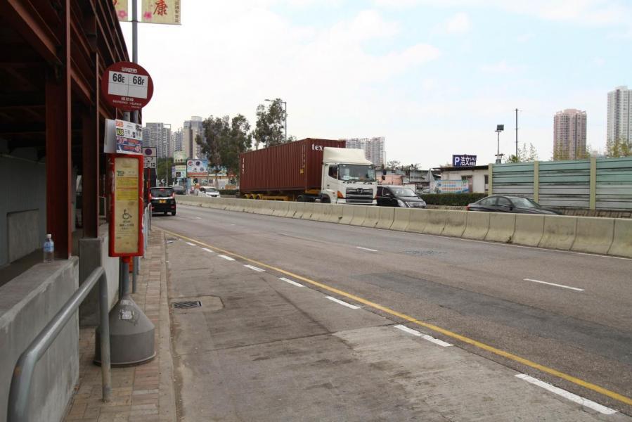 在十八鄉路及青山公路元朗段(大馬路)設有輕鐵及多條小巴、巴士線往返港九新界多個地方。