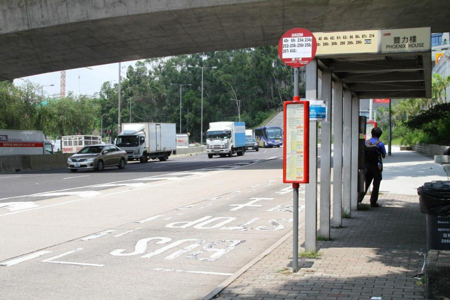 項目鄰近公路,有巴士及小巴往來九龍及新界多處。