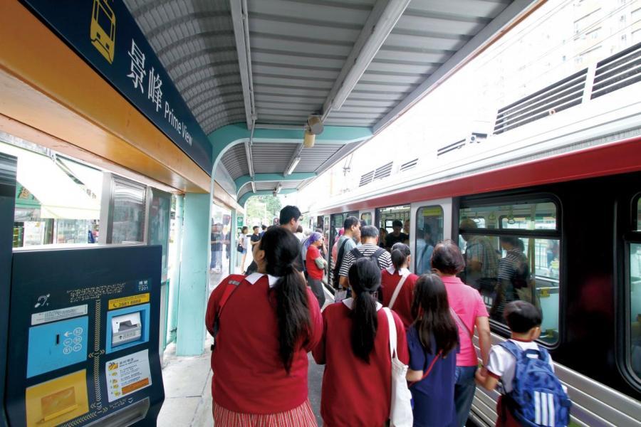 由屋苑步行至輕鐵站要3至5分鐘。