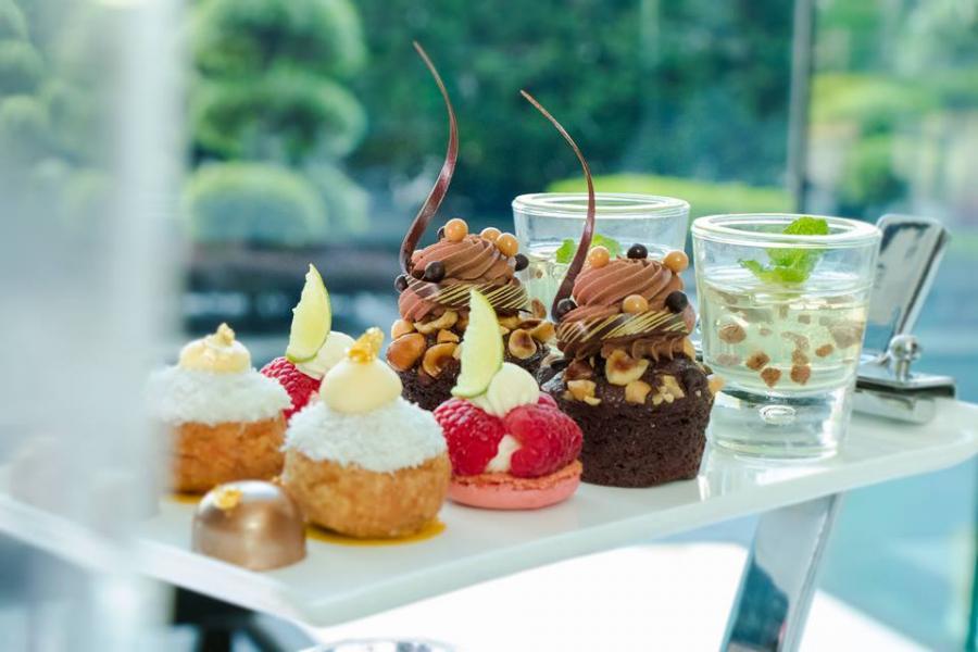 大廚採用法國知名Valrhona朱古力創製了多款甜點,包括「榛子朱古力杯裝蛋糕」、「香草白朱古力小甜餅」、「白朱古力椰子泡芙」、「白酒啫喱伴黑朱古力碎」、「66%黑朱古力」。