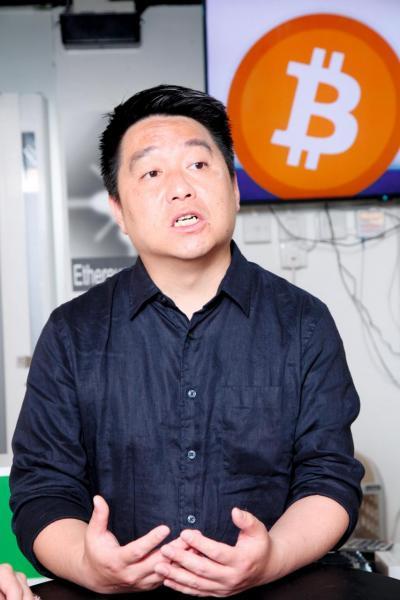 Samuel指出他們的交易費可與本港網上交易所看齊,而買賣差價遠低於ATM機。