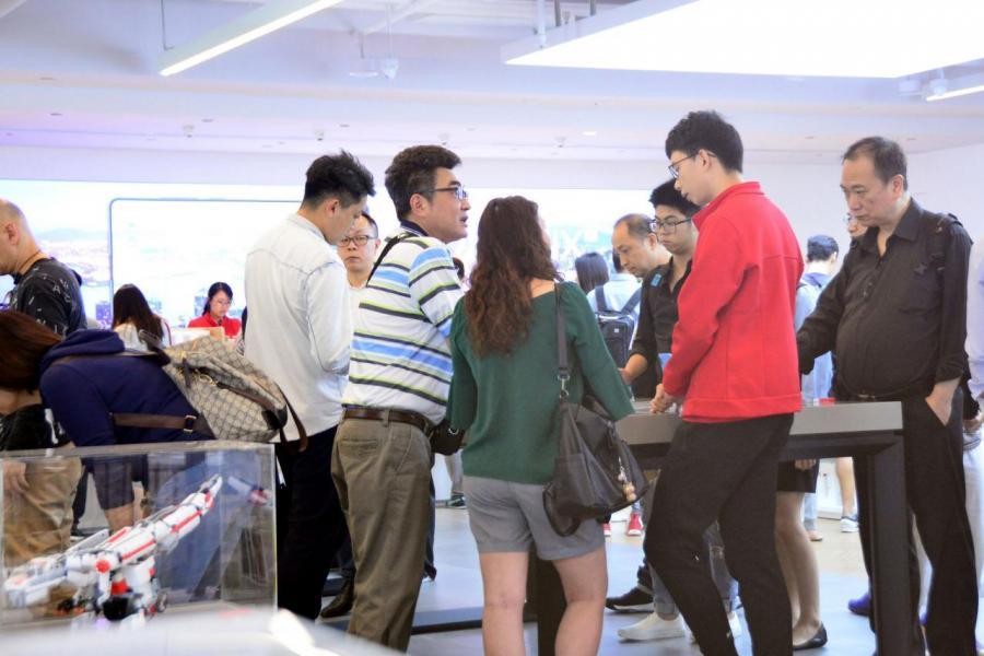 小米旗艦店人流量絕不惹小,排隊賣單的也不在少數,本月即將公布的業績不妨期待一下。