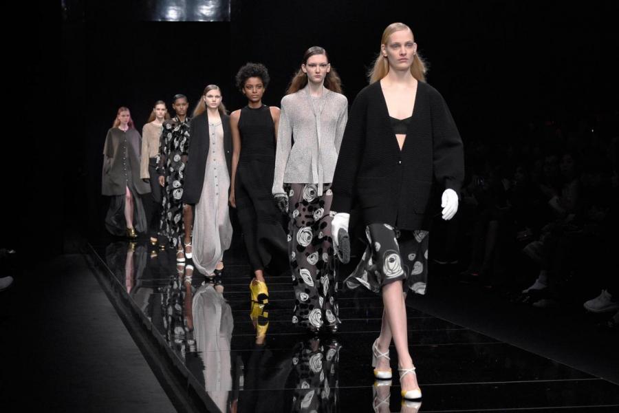 服裝亦有季節性的因素,秋冬一般需求較強。