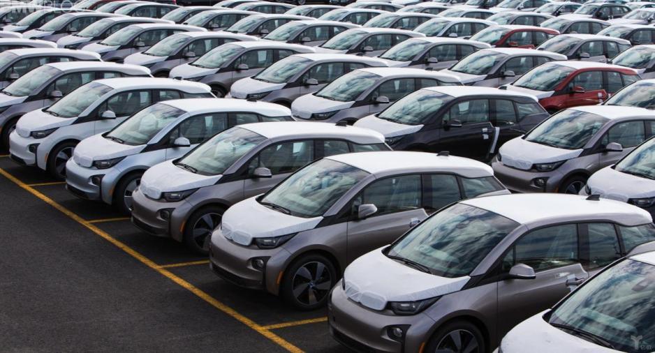 易鑫旗下業務包括新車交易、二手車交易、汽車分期、汽車租賃、汽車保險、汽車後服務等。